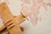 Pohled shora hračka dřevěná letadla na mapě vintage světa