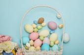 Fotografie Horní pohled na velikonoční kuře a Křepelčí vejce proutěný koš a květiny