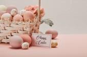 Fotografie Ostern Huhn und Wachteln Eier im Stroh Korb mit Blumen und Karte mit happy Easter-Schriftzug