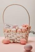 Velikonoční kuře a Křepelčí vejce proutěný koš s květinou a kartu s nápisem happy easter