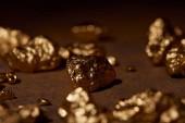 szelektív összpontosít arany kövek Barna márvány háttér