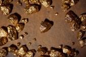 pohled shora zlatých kamenů na hnědé a šedé béžové pozadí