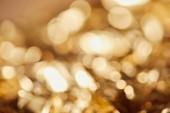 světlé rozmazané světélek se zlatým pozadím