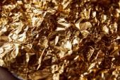 gyűrött arany fólia twinkles barna felületen