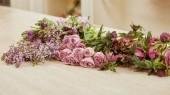 fialové tulipány, pivoňky a lila na povrchu v květinářství