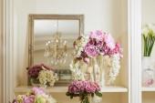zrcadlo, bílé a fialové květy v skleněné vázy