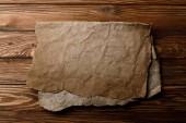 hnědý staré list pergamenu ležící na dřevěné pozadí
