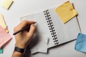 vágott embermás gazdaság toll négyzet lapok notebook közelében gyűrött öntapadó jegyzetek