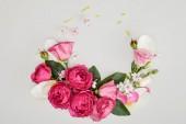 pohled shora květinové kompozice z růžových růží izolované na bílém