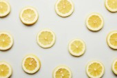 Fotografie Pohled shora šťavnatým citronem řezů na šedém pozadí