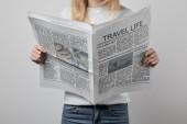 nő utazási újságok elszigetelt szürke gazdaságban levágott nézet