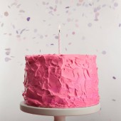 zblízka vynikající růžové narozeninový dort s svíčku na dort stát poblíž konfety Grey