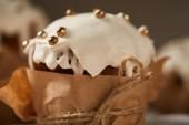 Zavřít o tradiční velikonoční dort zdobený polevy a sypání
