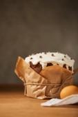 malované slepičí vejce a lahodné velikonoční dort zdobený postřikovačů