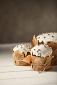 Fotografia deliziosi dolci tradizionali di Pasqua con spruzza sulla tavola di legno bianco