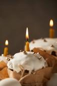 Selektivní fokus tradiční velikonoční dorty s sypání a hořící svíčky