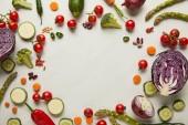 Flay mit Gemüse und Samen auf weißer Oberfläche