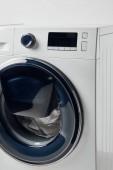 Modern mosógép, szürkére szigetelt fekete kijelzővel