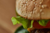 nedaleko lahodného Burger se sezamem na houbě a zeleně