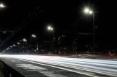 Dlouhodobá expozice světel na pozemních komunikacích v noci blízko budov