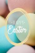 Fotografie Nahaufnahme bemalter Hühnereier zu Ostern mit fröhlichem Osteraufdruck