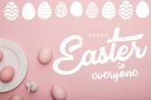 Fényképek felülnézet festett rózsaszín tojás mellett lemez és dekoratív nyúl rózsaszín felületen fehér, Boldog Húsvétot mindenkinek betűkkel