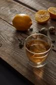 sklenice tradičního čínského Kvetoucí čaje a citrony na dřevěném stole