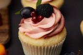 édes Cupcake tejszínnel, gránát, szeder és a szőlő