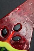Nahaufnahme von köstlichen glänzenden süßen Lutschern in Form einer Wassermelone