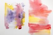 Fotografie Ansicht von gelb, lila und rot gemischten Aquarell-Pinselstrichen auf weißem Papier