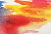 Nahaufnahme von bunten Aquarell Farbe verschüttet auf weißem Hintergrund