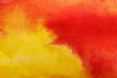 Nahaufnahme von gelben und roten Aquarell-Mischfarben