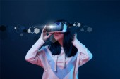 Photo young woman in virtual reality headset among cyber illustration on dark background