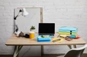 ebéd doboz finom ételekkel a munkahelyen laptop és papírok a fából készült asztal fehér alapon, szemléltető szerkesztői