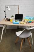 Arbeitsbereich mit Lunchbox mit leckerem Essen auf Holztisch auf weißem Hintergrund, illustrativer Leitartikel