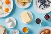 nejlepší výhled na servírované chutnou snídani na modrém pozadí