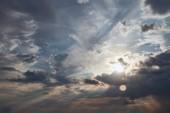 Fényképek Sötét felhők és a nap sugarai a kék ég háttérben