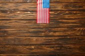 Photo top view of american flag on wooden weathered background