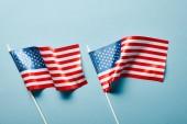 felülnézet az amerikai zászlókkal kék alapon