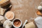 Draufsicht auf organische Kosmetik und Schönheitsmittel auf texturierter verwitterter beiger Oberfläche