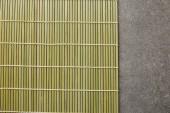 pohled na bambusovou podložku na kamennou plochu