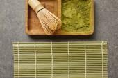 felülnézet bambusz Habverő és zöld Matcha por fedélzetén közelében asztal mat