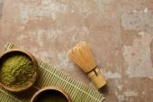 felülnézet Matcha por fa edény közelében zöld tea és bambusz habverővel