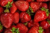 pohled na pozadí s červenými čerstvými jahodami