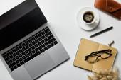 tető kilátás-ból laptop mellett szemüveg, kávé, eset és jegyzék-ra fehér felszín