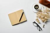 felső kilátás-ból jegyzék-val toll, kávé, szemüveg és eset-ra fehér felszín