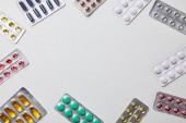 Ansicht von Blisterverpackungen mit bunten Pillen isoliert auf weiß