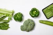 felülnézet a zöld bio zöldségek fehér alapon