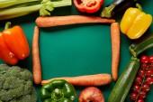 telaio di verdure fresche verdi e carote su sfondo verde