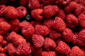 Photo close up view of tasty ripe mixed raspberries and blueberries